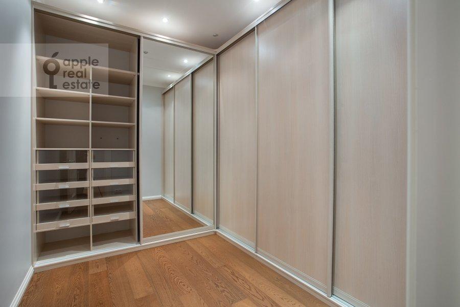 Гардеробная комната / Постирочная комната / Кладовая комната в 3-комнатной квартире по адресу Хилков пер. 1