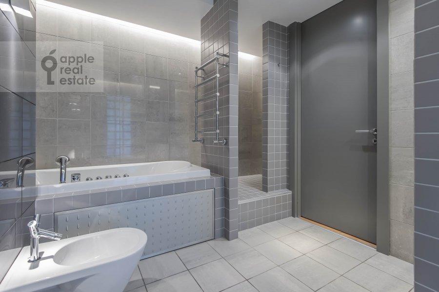 Bathroom of the 3-room apartment at Arkhitektora Vlasova 22
