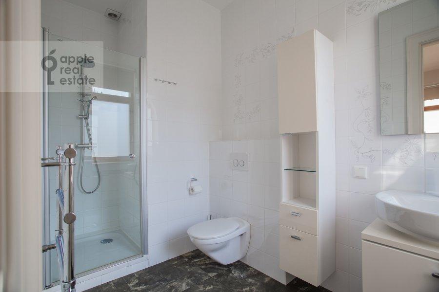 Bathroom of the 4-room apartment at Kolymazhnyy pereulok 10