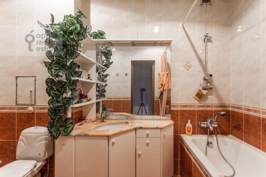 Санузел в 3-комнатной квартире по адресу Гарибальди ул. 36