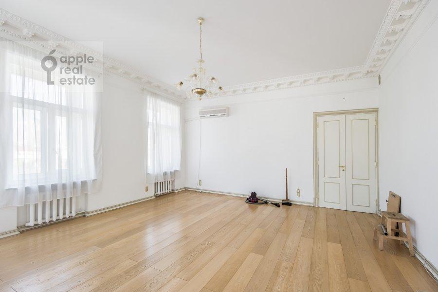 Living room of the 4-room apartment at Klimentovskiy pereulok 9/1