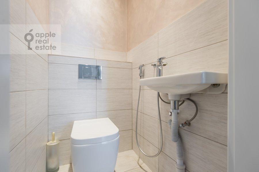 Bathroom of the 4-room apartment at Klimentovskiy pereulok 9/1