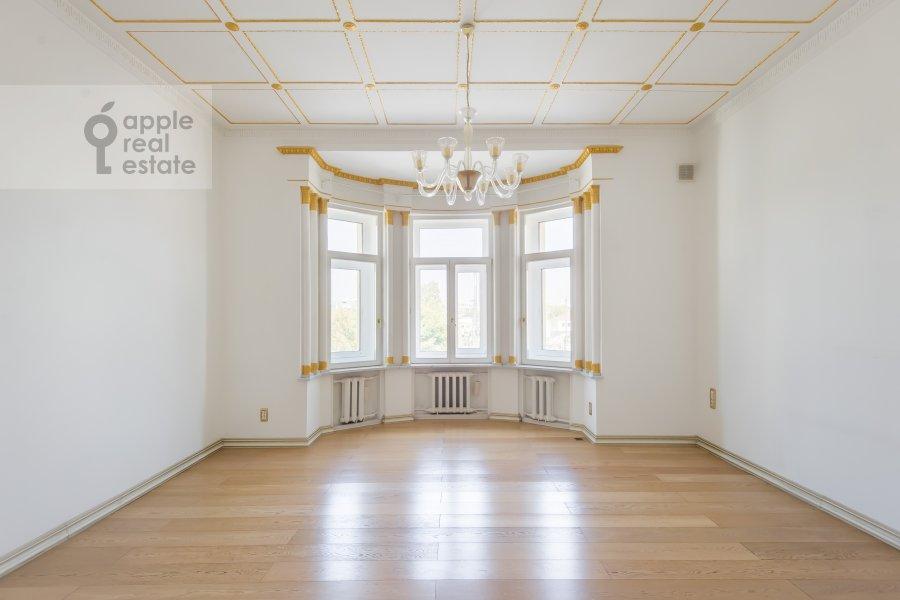 Bedroom of the 4-room apartment at Klimentovskiy pereulok 9/1