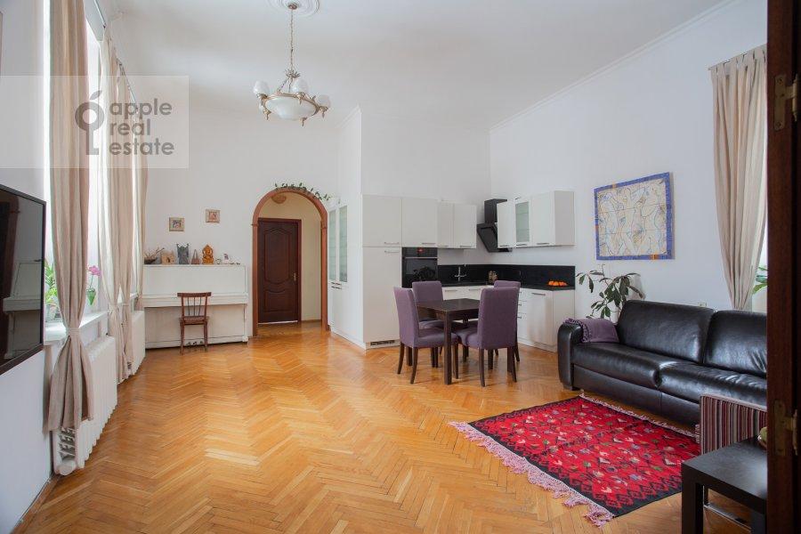 Гостиная в 4-комнатной квартире по адресу Покровка ул. 44