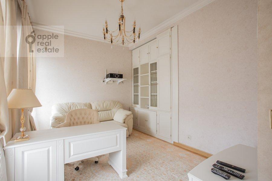 Children's room / Cabinet of the 4-room apartment at Denezhnyy pereulok 14/3