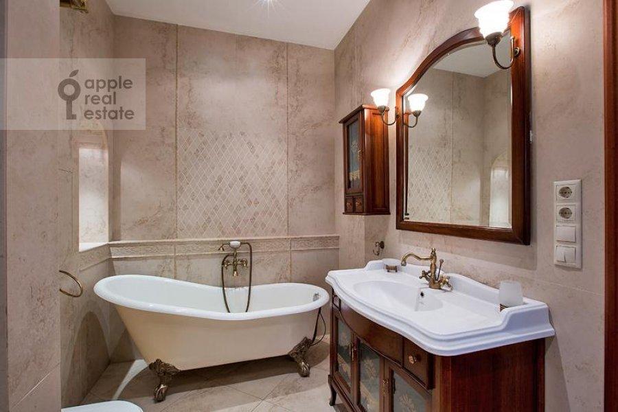 Bathroom of the 3-room apartment at Milyutinskiy per. 3