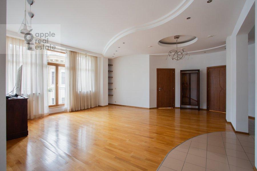 Living room of the 4-room apartment at Mashkova ulitsa 1