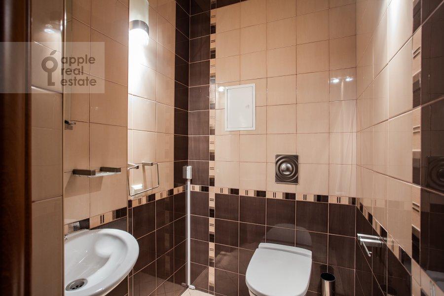 Bathroom of the 4-room apartment at Mashkova ulitsa 1