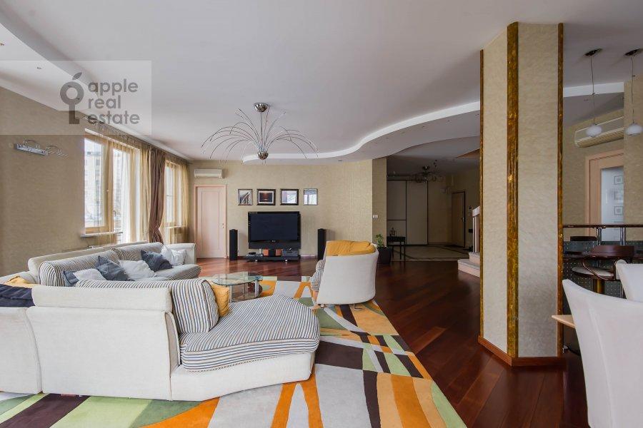Living room of the 4-room apartment at Skaryatinskiy per. 7