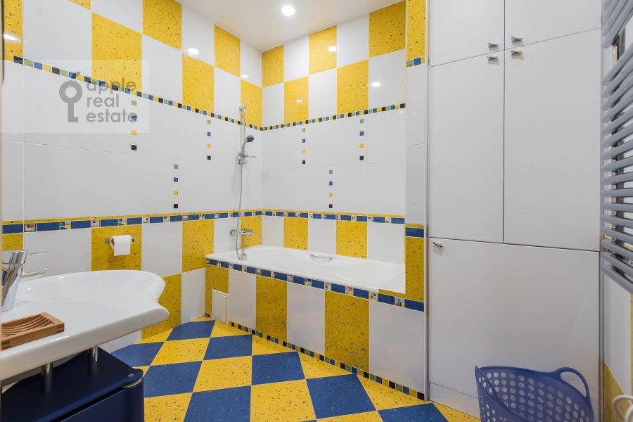 Bathroom of the 4-room apartment at Skaryatinskiy per. 7