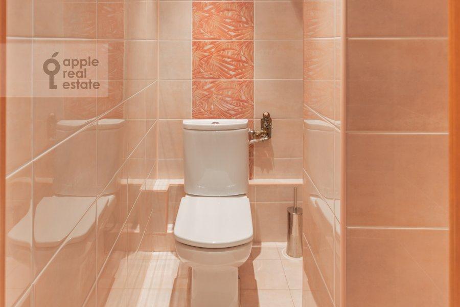 Bathroom of the 4-room apartment at Protopopovskiy per. 6