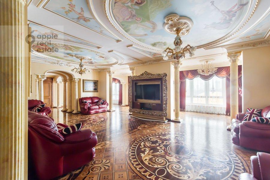 Living room of the 5-room apartment at Aviatsionnaya ul. 79