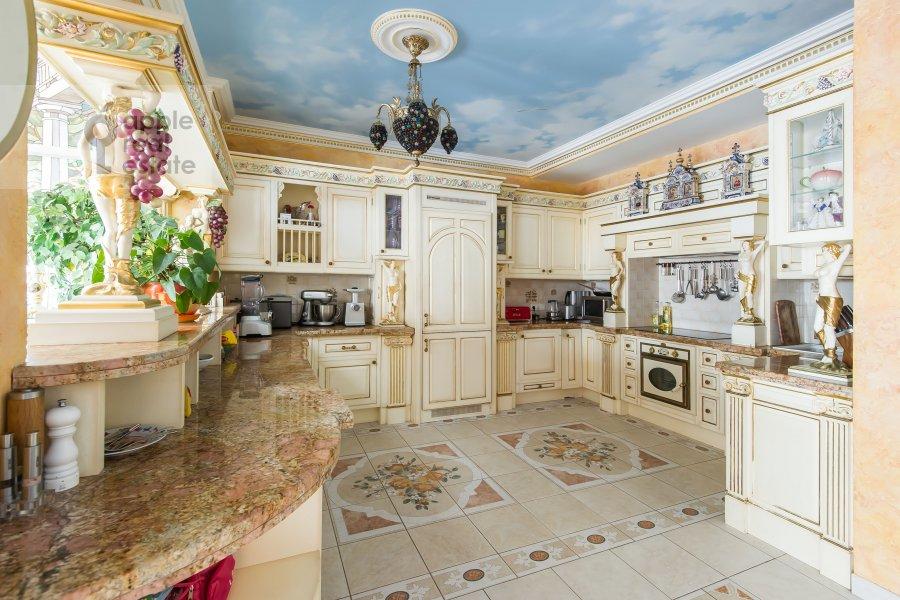 Kitchen of the 5-room apartment at Aviatsionnaya ul. 79