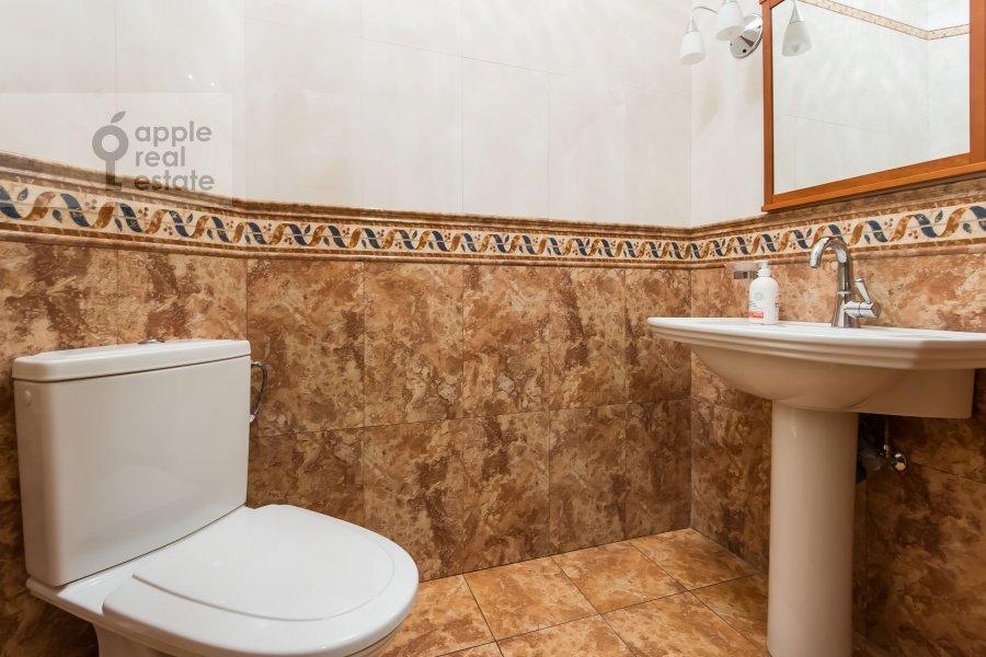 Bathroom of the 5-room apartment at Aviatsionnaya ul. 79