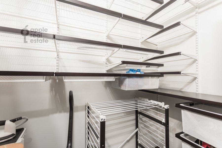 Гардеробная комната / Постирочная комната / Кладовая комната в 4-комнатной квартире по адресу Ходынский бул. 9