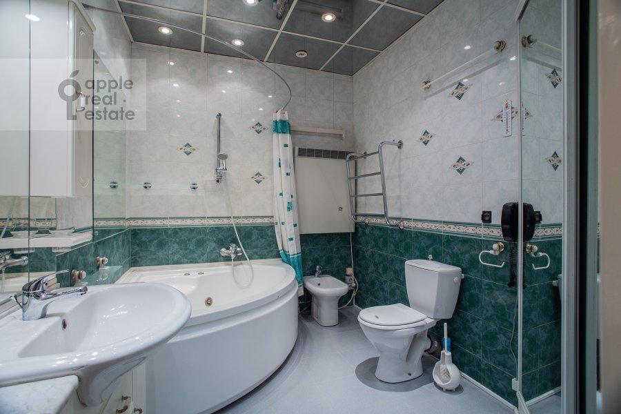 Bathroom of the 4-room apartment at Kazakova ul. 17/1s1