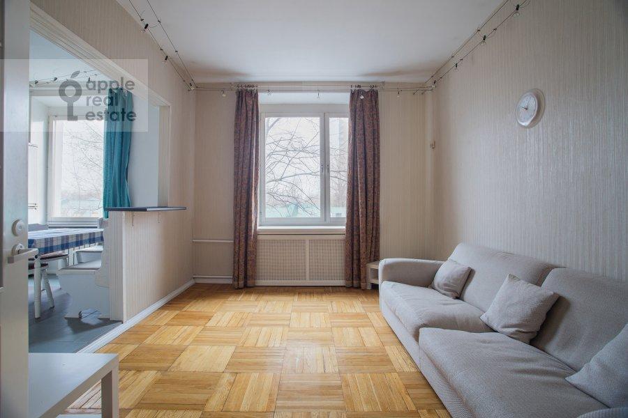 Living room of the 4-room apartment at Kazakova ul. 17/1s1