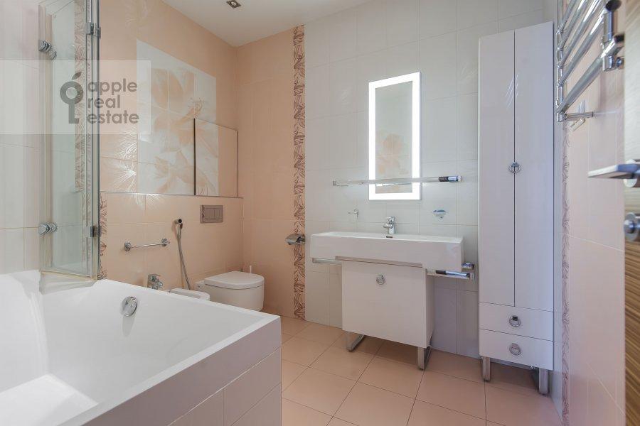 Bathroom of the 4-room apartment at 3-ya Krasnogvardeyskaya ulitsa 3