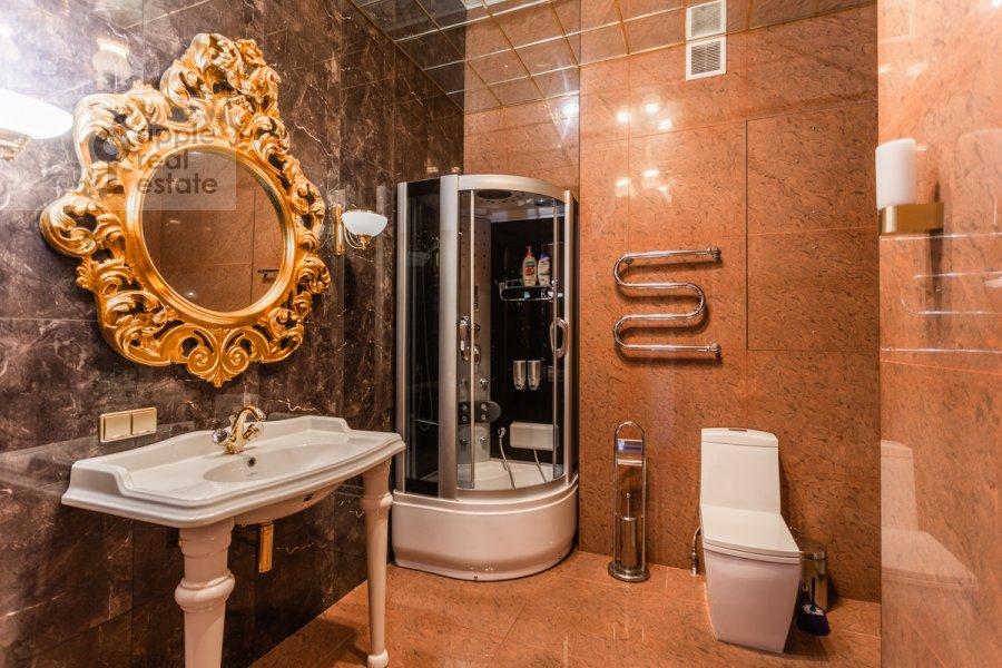 Bathroom of the studio apartment at Shabolovka ul. 23k4