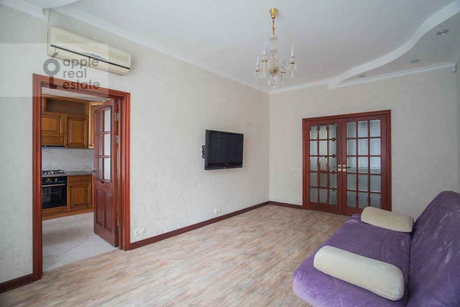 Living room of the 4-room apartment at Frunzenskaya nab. 28