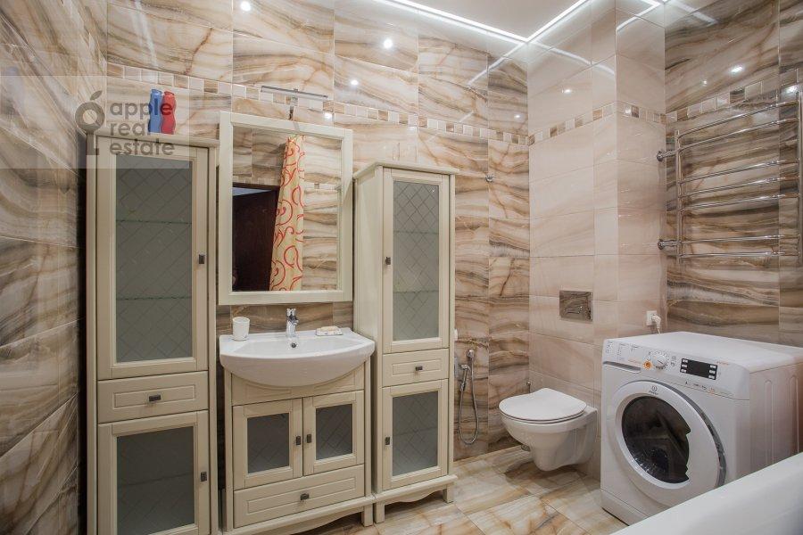 Bathroom of the 4-room apartment at Frunzenskaya nab. 28