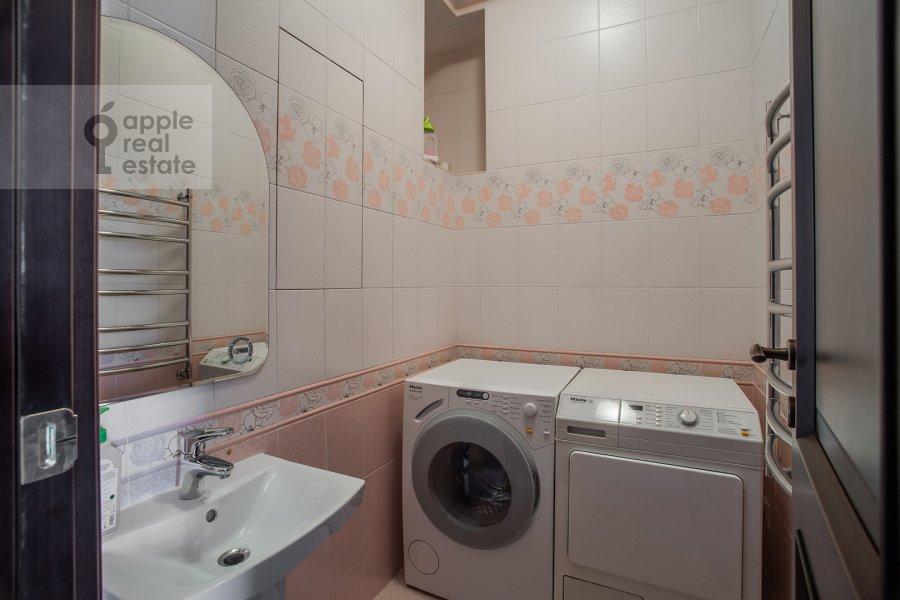 Bathroom of the 4-room apartment at Ostrovityanova ul. 11K1