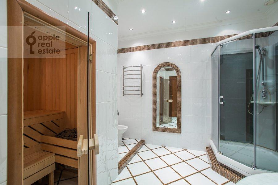 Bathroom of the 3-room apartment at 1-y Tverskoy-Yamskoy per 11