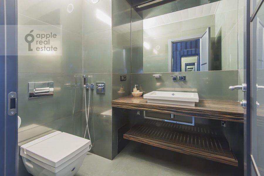 Bathroom of the 2-room apartment at Kazachiy 2-y per. 4s1