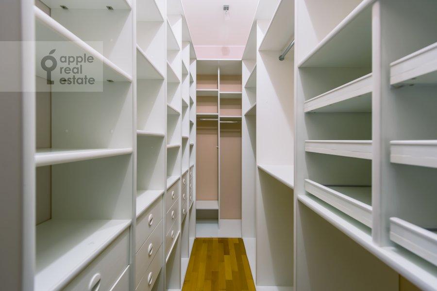 Гардеробная комната / Постирочная комната / Кладовая комната в 4-комнатной квартире по адресу Голиковский переулок 5