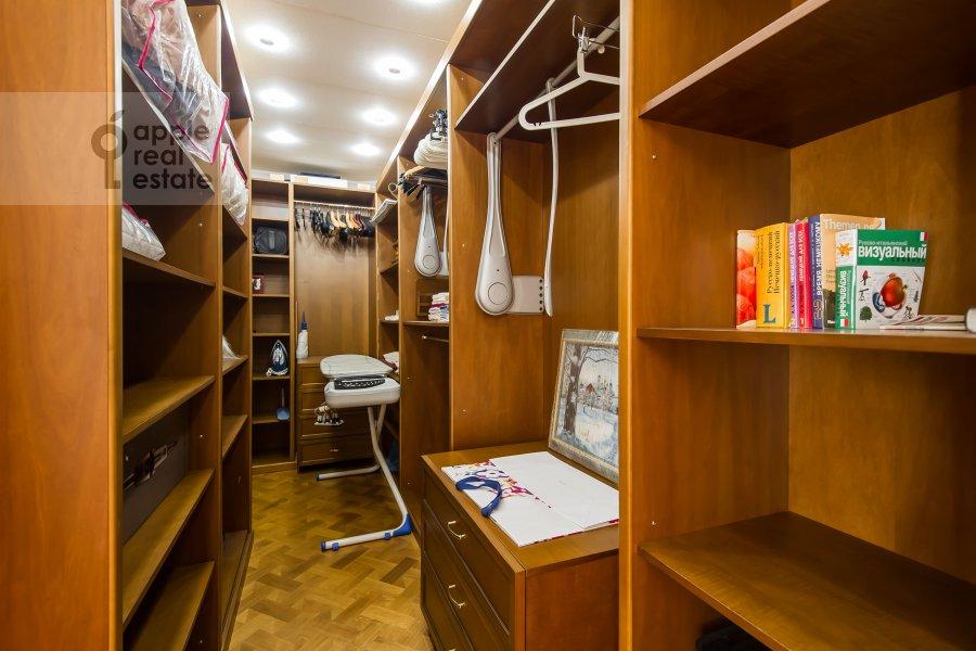 Гардеробная комната / Постирочная комната / Кладовая комната в 4-комнатной квартире по адресу Оболенский пер 9к8