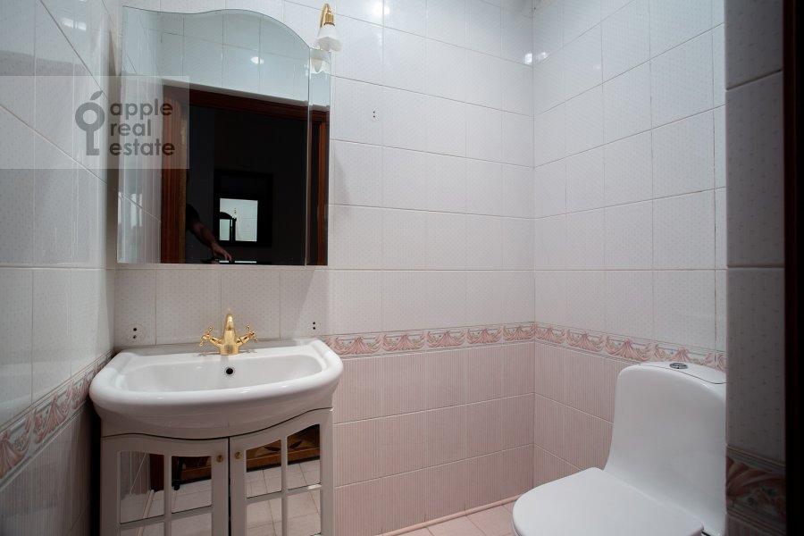 Bathroom of the 6-room apartment at Yakimanka Bol'shaya ul. 17/2s2