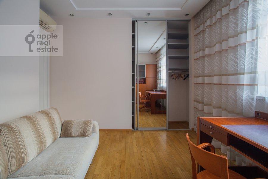 Children's room / Cabinet of the 4-room apartment at 2-y Shiemilovskiy pereulok 4
