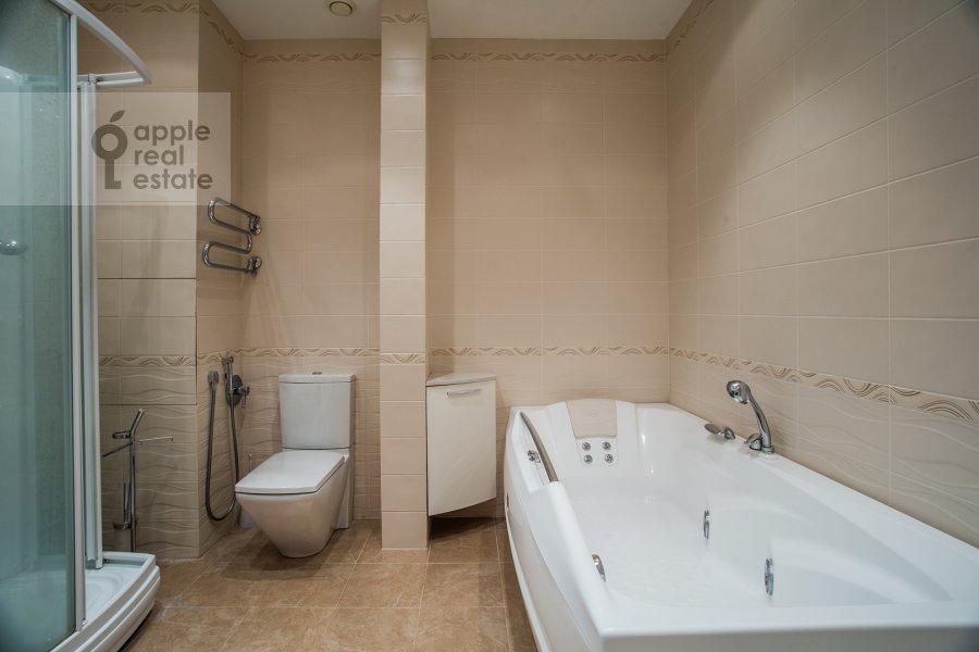 Bathroom of the 4-room apartment at 2-y Shiemilovskiy pereulok 4