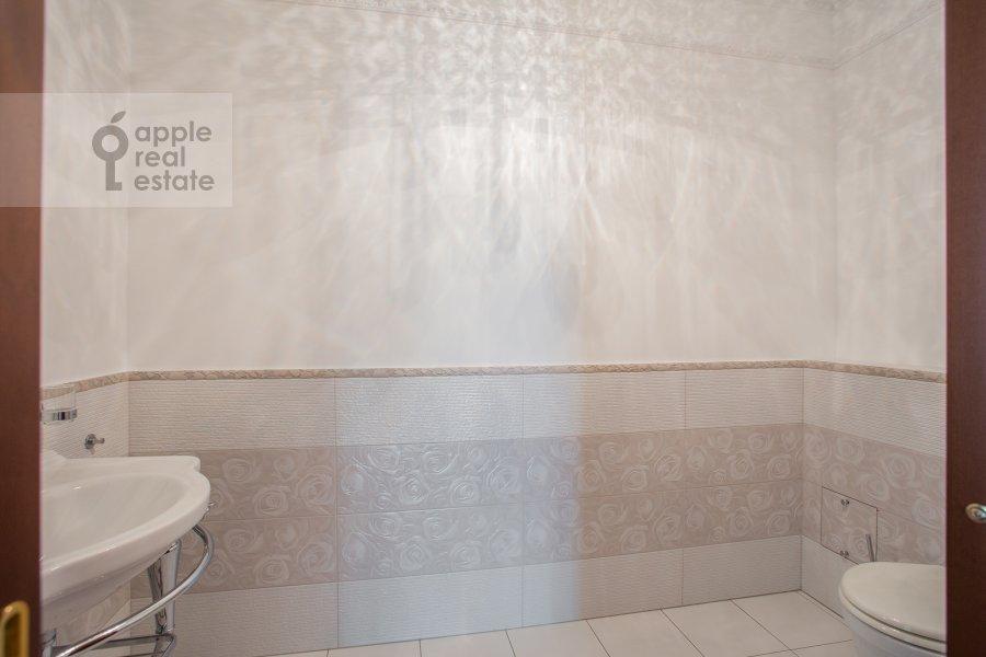 Bathroom of the 4-room apartment at Tsvetnoy bul'var 2