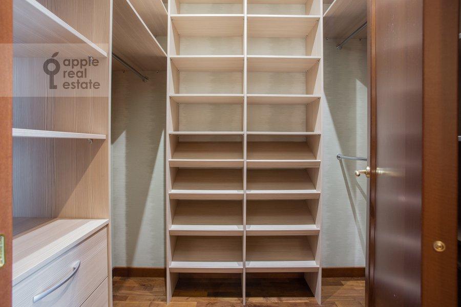 Walk-in closet / Laundry room / Storage room of the 4-room apartment at Tsvetnoy bul'var 2