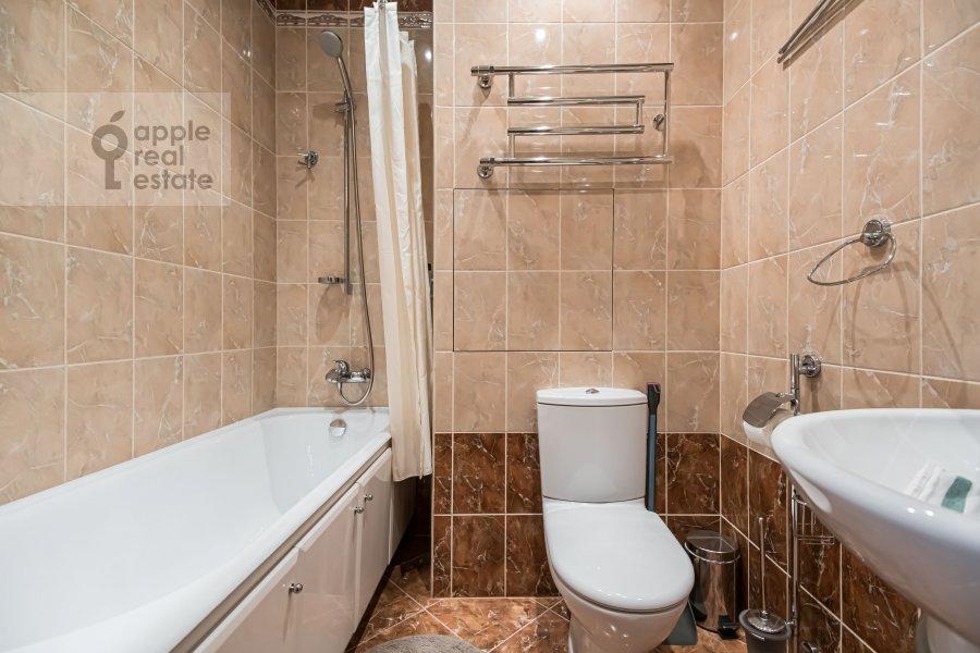Bathroom of the 2-room apartment at prospekt Vernadskogo 105k4