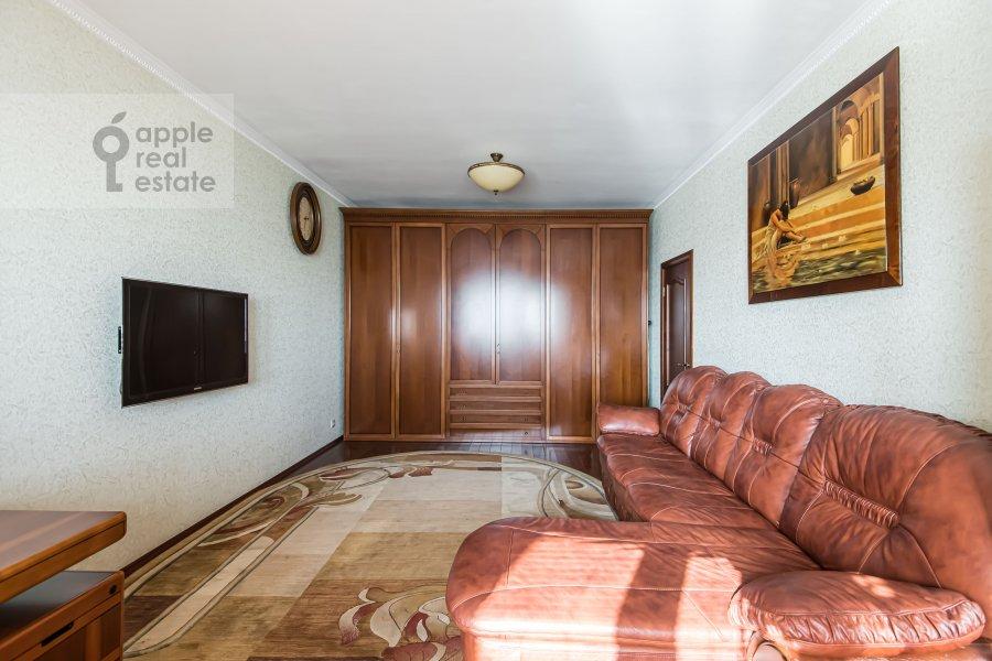 Living room of the 2-room apartment at prospekt Vernadskogo 105k4