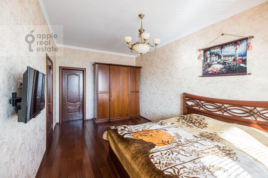 Bedroom of the 2-room apartment at prospekt Vernadskogo 105k4