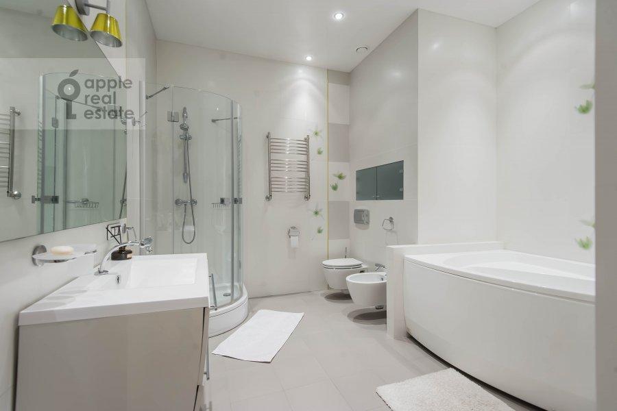 Bathroom of the 2-room apartment at Malyy Novopeskovskiy pereulok 8