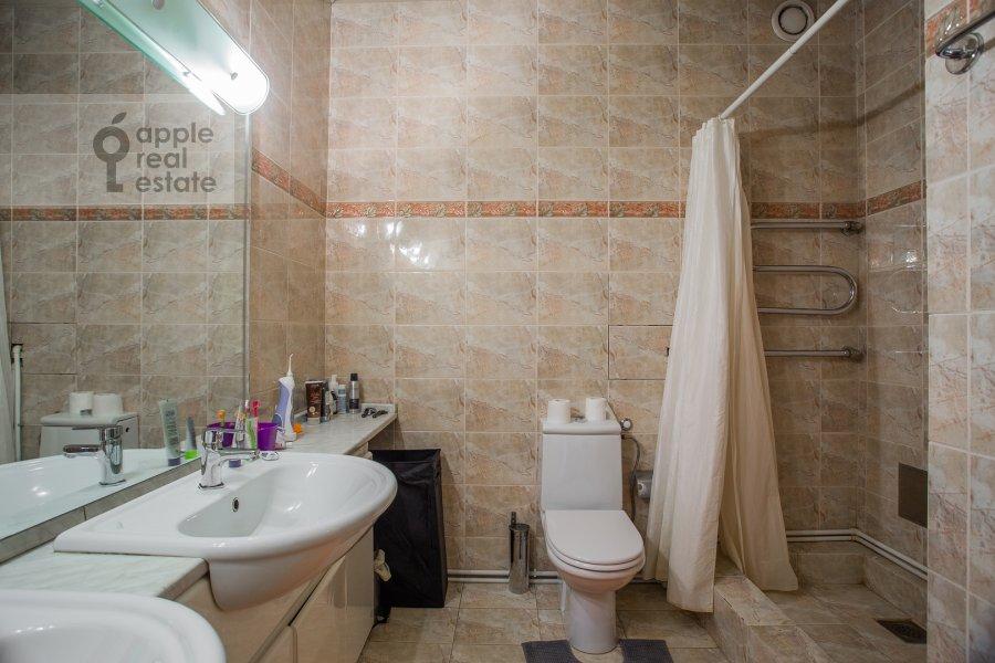 Bathroom of the 6-room apartment at Tatarskaya ul. 18