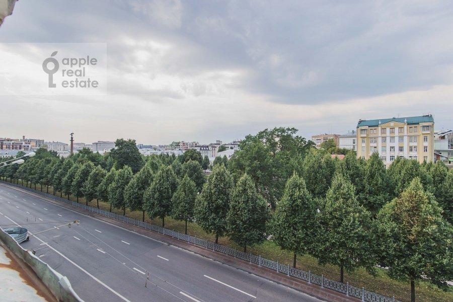 Вид из окна в 4-комнатной квартире по адресу Цветной бул. 16/1