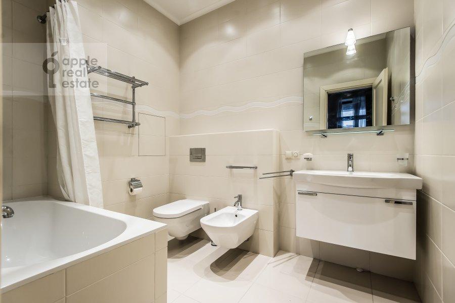 Bathroom of the 2-room apartment at Polyanka Malaya ul. 2