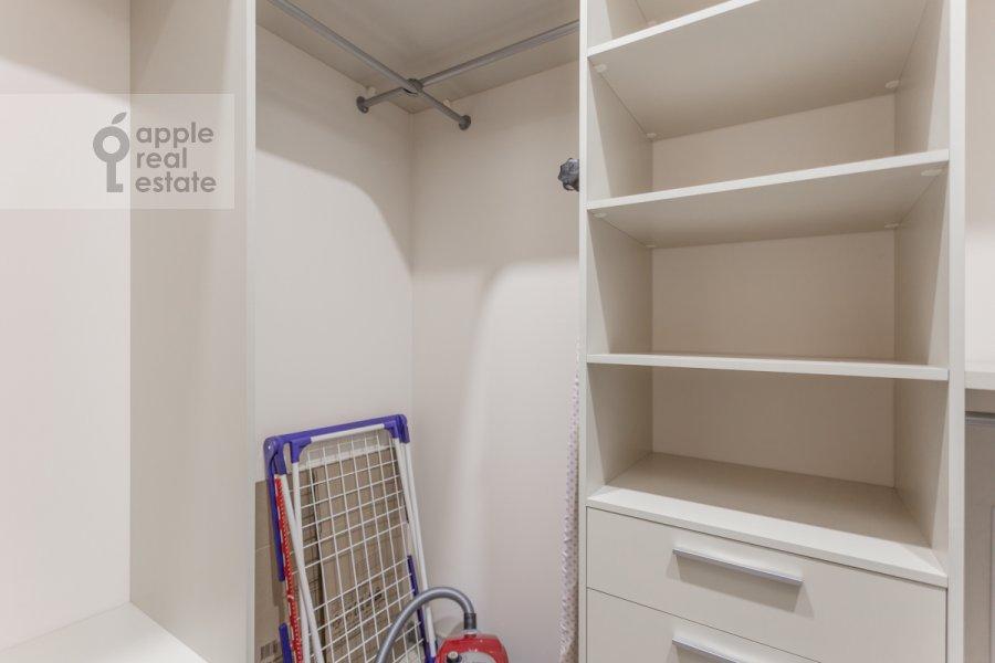 Гардеробная комната / Постирочная комната / Кладовая комната в 4-комнатной квартире по адресу Смоленский 1-й пер. 21