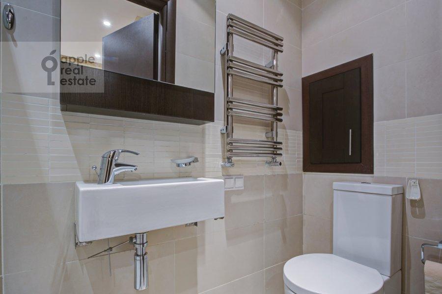 Bathroom of the 4-room apartment at Troitskaya ul. 5
