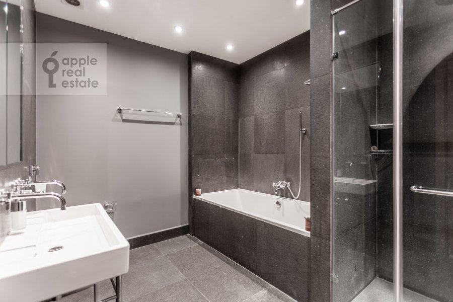 Bathroom of the 3-room apartment at Dokhturovskiy pereulok 6