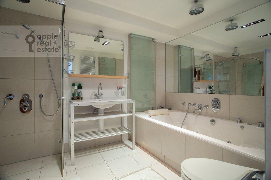 Bathroom of the 5-room apartment at Dolgorukovskaya ul. 38s1