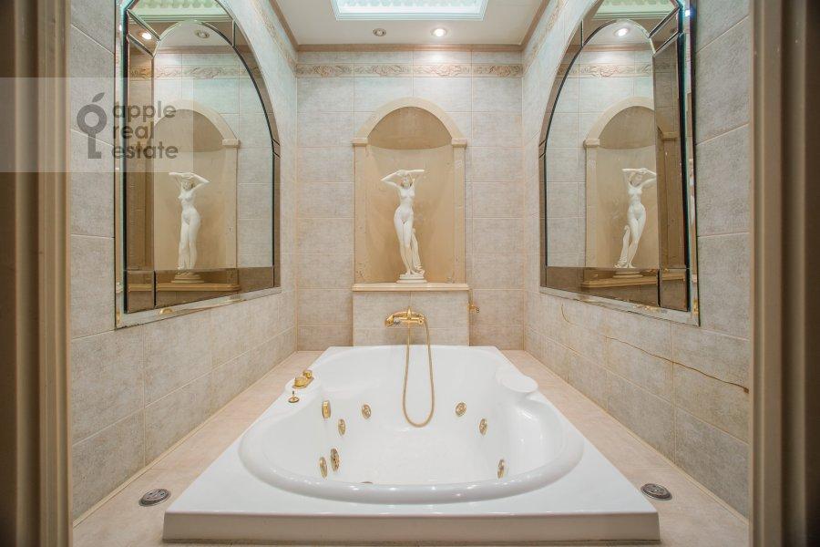 Bathroom of the 4-room apartment at Starokonyushennyy per. 5/14