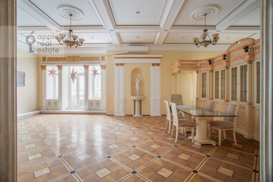 Living room of the 4-room apartment at Starokonyushennyy per. 5/14