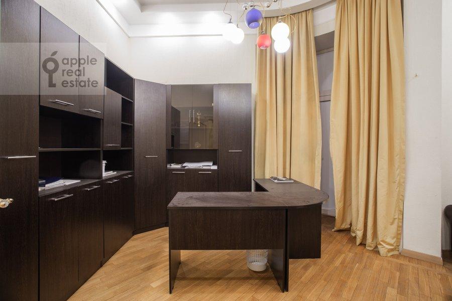 Children's room / Cabinet of the 4-room apartment at Starokonyushennyy per. 5/14