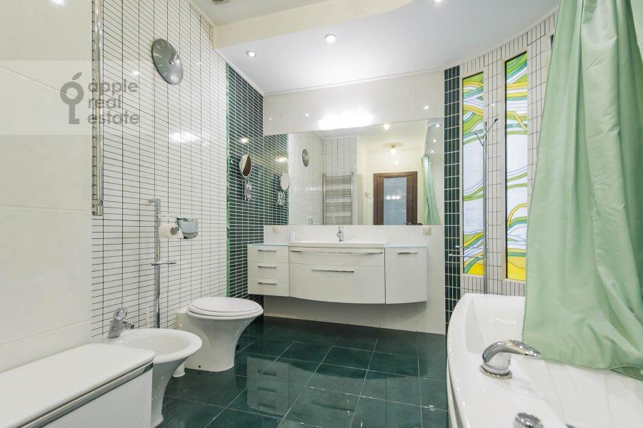 Bathroom of the 4-room apartment at Krivoarbatskiy pereulok 8s2